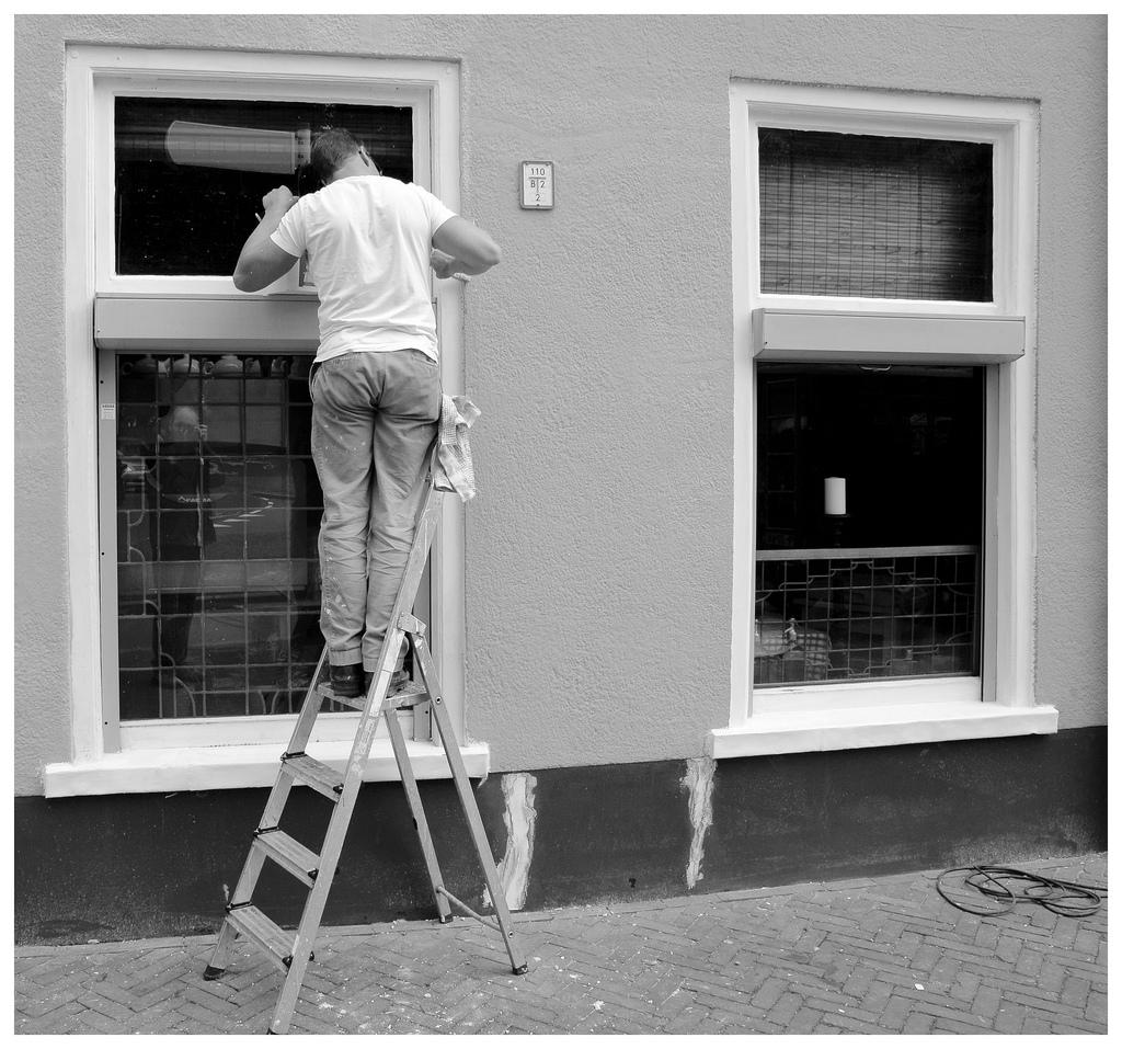 Beetje uit je raam gluren naar een vrouw met twee pekineesjes