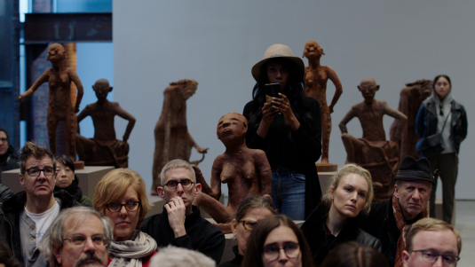 Gaat het Renzo Martens lukken de kapitaalstroom in de kunstwereld eerlijker te verdelen? 1